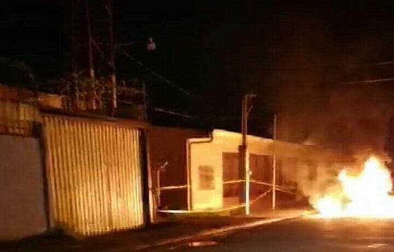 Vecinos de Turrialba hacen quema frente albergue de indígenas con sospechas de virus
