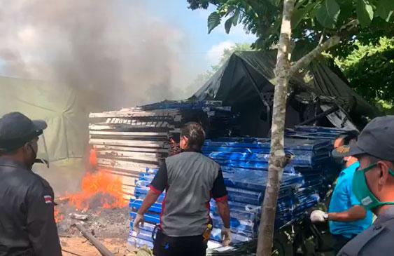Migrantes extracontinentales incendian colchones de albergue y bloquean ruta 1 en La Cruz