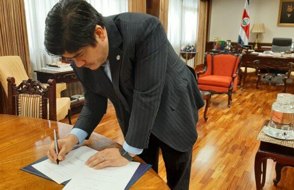 Presidente firma Ley que reduce pago del marchamo 2021