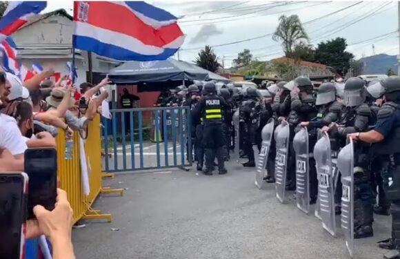 Lucha entre manifestantes y policías continuó en las afueras de Casa Presidencial